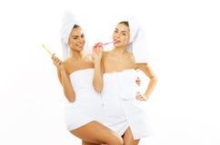 2 девушки чистят их зубы щеткой после ливня Стоковое Изображение RF