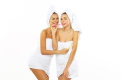 2 девушки чистят их зубы щеткой после ливня Стоковое фото RF