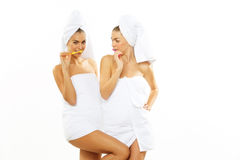 2 девушки чистят их зубы щеткой после ливня Стоковые Изображения RF