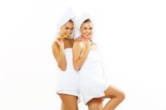 2 девушки чистят их зубы щеткой после ливня Стоковая Фотография