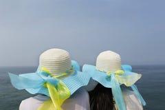 2 девушки для отдыха морем Стоковые Изображения