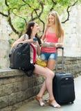 2 девушки cheerfull с картой Стоковое Фото