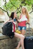 2 девушки cheerfull с картой Стоковая Фотография