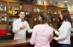 2 девушки flirting с барменом Стоковая Фотография