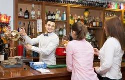 2 девушки flirting с барменом Стоковое Изображение RF