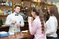 2 девушки flirting с барменом Стоковые Фотографии RF