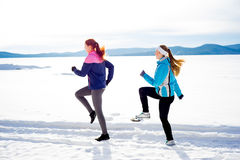 2 девушки jogging в зиме Стоковое Изображение RF