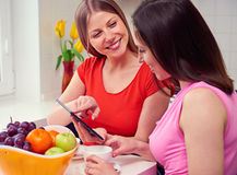 Девушки используя ПК таблетки на дому Стоковая Фотография RF
