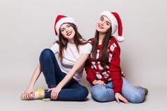 2 девушки teenegers в шляпе santa Стоковое Изображение RF