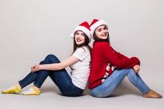 2 девушки teenegers в шляпе santa Стоковые Изображения RF