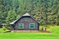 Егеря расквартировывают в музее леса под открытым небом в Vydrovo Стоковое Изображение