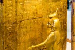 Египетская богиня которая приютит коробку содержа человеческие органы, усыпальница фараона Tutankhamun, музея Каира стоковое фото rf