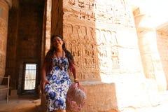 Египетская женщина на виске стоковая фотография