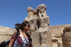 Египетская женщина на виске стоковые фотографии rf