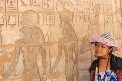 Египетская женщина на виске стоковая фотография rf