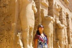 Египетская женщина на виске стоковые изображения rf