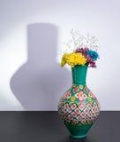 Египетская традиционная ваза гончарни и 3 цветка с жесткой тенью Стоковое Изображение