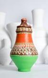 Египетская украшенная красочная ваза гончарни на предпосылке белых ваз Стоковые Фото