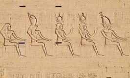 Египетские божества в виске Horus стоковое изображение