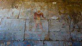 Египетские гравировки древнего храма дальше Стоковые Фотографии RF