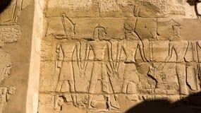 Египетские гравировки древнего храма дальше Стоковые Изображения RF