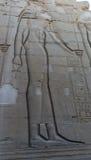 Египетские гравировки древнего храма дальше Стоковая Фотография RF