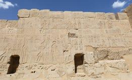 Египетские иероглифы в виске покойницкой Seti i, Луксор, Египет стоковые фото