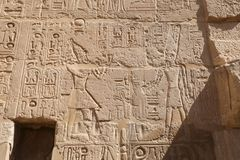 Египетские иероглифы в виске покойницкой Seti i, Луксор, Египет стоковое фото rf