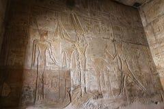 Египетские иероглифы в виске покойницкой Seti i, Луксор, Египет стоковое фото