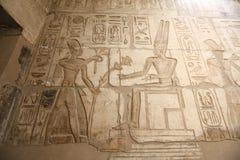 Египетские иероглифы в виске покойницкой Seti i, Луксор, Египет стоковые изображения rf