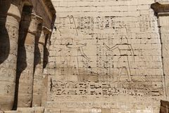 Египетские иероглифы в виске Medinet Habu, Луксоре, Египте стоковые изображения rf