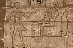 Египетские иероглифы в виске Medinet Habu, Луксоре, Египте стоковые изображения