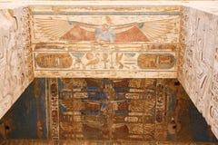 Египетские иероглифы в виске Medinet Habu, Луксоре, Египте стоковое изображение