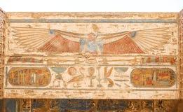 Египетские иероглифы в виске Medinet Habu, Луксоре, Египте стоковая фотография