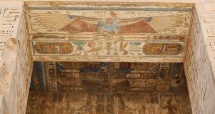 Египетские иероглифы в виске Medinet Habu, Луксоре, Египте стоковые фото