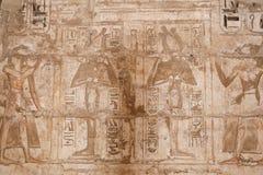 Египетские иероглифы в виске Medinet Habu, Луксоре, Египте стоковая фотография rf