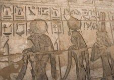 Египетские иероглифические carvings на стене стоковая фотография