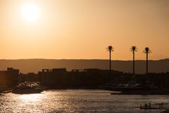 Египетские Марина и яхты в золотом свете захода солнца стоковые фотографии rf