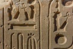 Египетские старые иероглифы на каменной стене стоковое фото