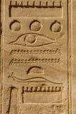 Египетские старые иероглифы на каменной стене стоковая фотография