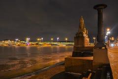 Египетский сфинкс на предпосылке моста через реку Neva Стоковое Изображение