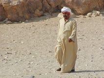 Египетский человек идя около пирамид стоковые фотографии rf