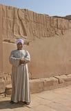 Египетский человек защищая вход к виску Philae стоковые изображения rf