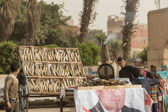 Египетский человек продавая рыб на местном рынке Стоковое Изображение
