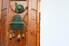 Египетское традиционное здание колокола колокольни с коричневыми стеклянными шариками капает Арабское исламское исламское украшен стоковые изображения