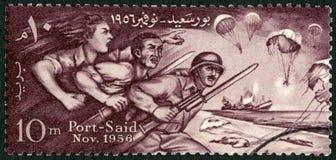 ЕГИПЕТ - 1956: египтяне выставок защищая Порт-саид, удостаивая защитников Порт-саида Стоковое Фото