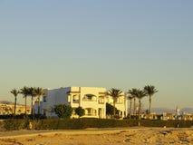 Египет: Сиротливое здание положения в пустыне среди песков в лучах восходящего солнца стоковая фотография