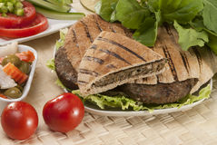 Египтянин Hawawshi с хлебом и салатом пита Стоковое Изображение RF