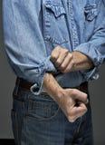 его завальцовка человека sleeves вверх Стоковая Фотография RF