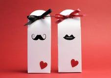 Его и ее влюбленности опирающийся на определённую тему коробки подарка Стоковая Фотография